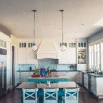 Poser une crédence adhésive: pour une cuisine au top de la décoration